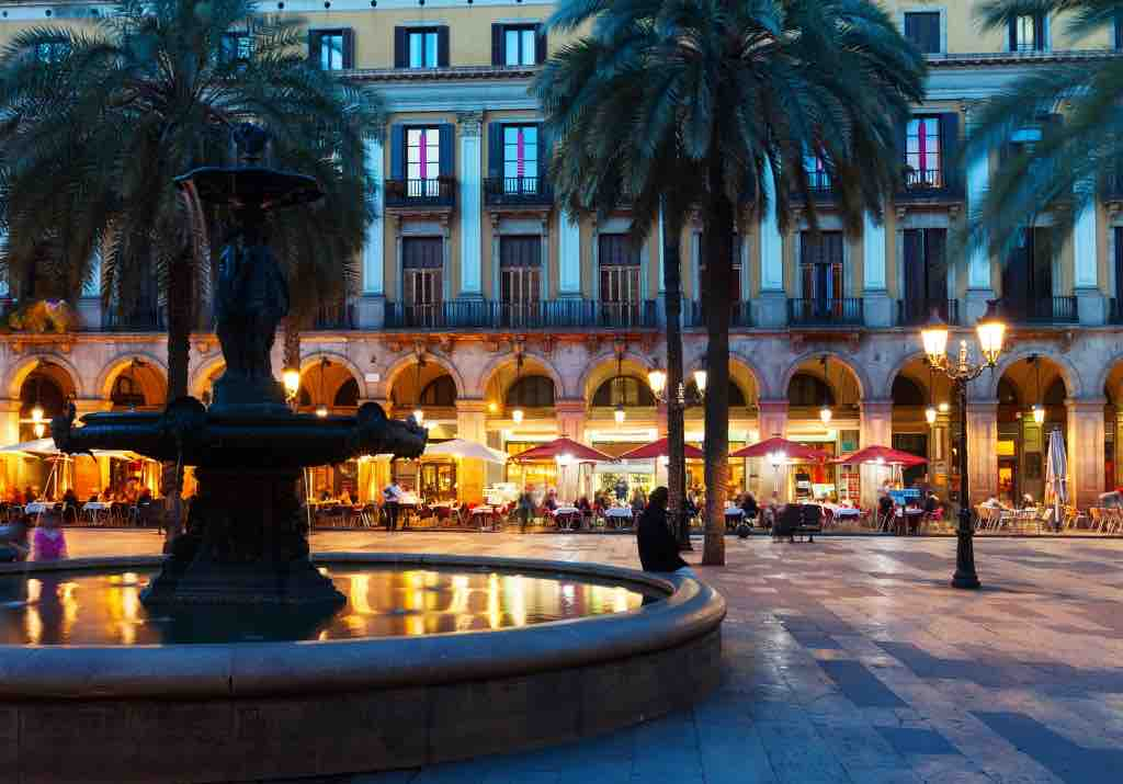The Best things to do in Barcelona: Plaça Reial